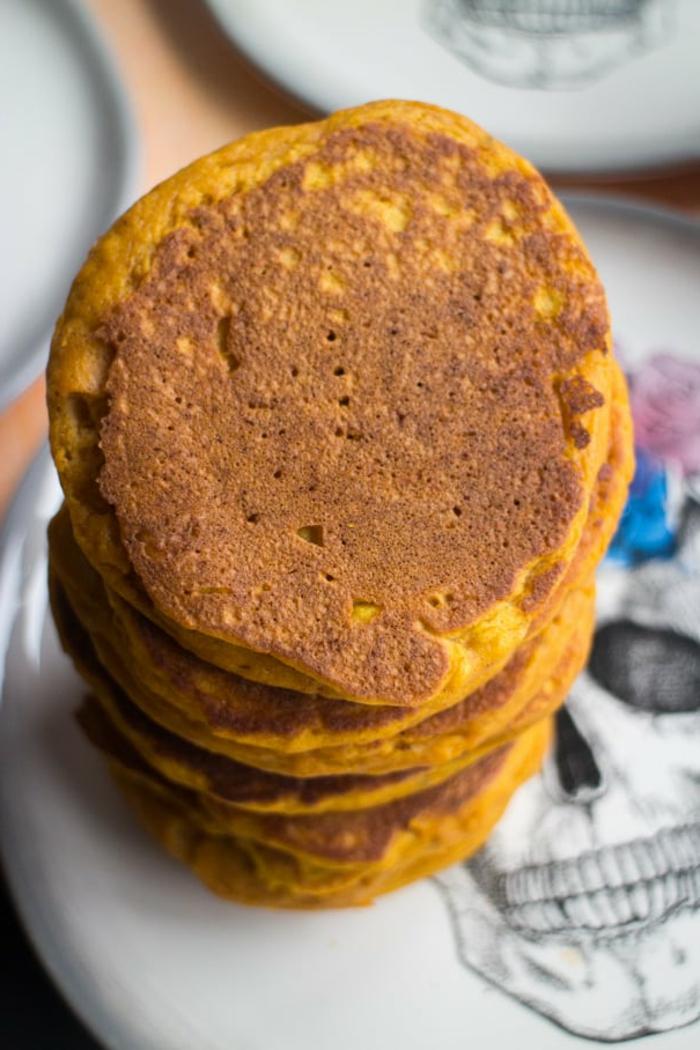 ideas de un desayuno nutritivo, saludable y rico, tortitas de calabaza caseras, como hacer crepes con calabaza