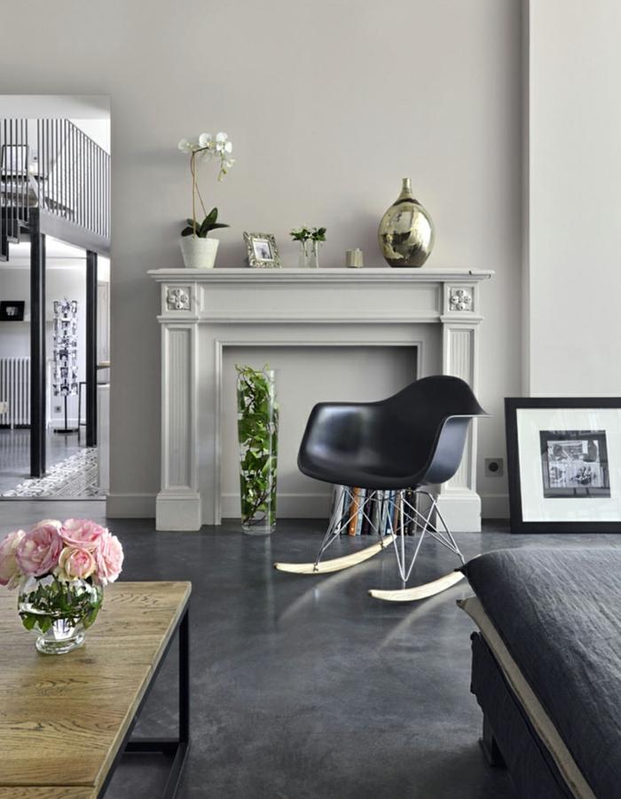 salones modernos con chimenea falsa, chimenea francesa, paredes en gris claro, decoración de flores