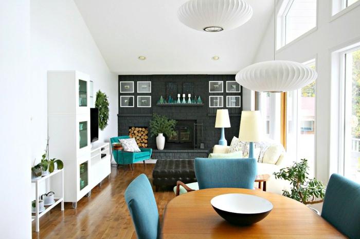 cómo decorar una chimenea en un salón moderno, precioso ambiente con decoración en azul, blanco y negro