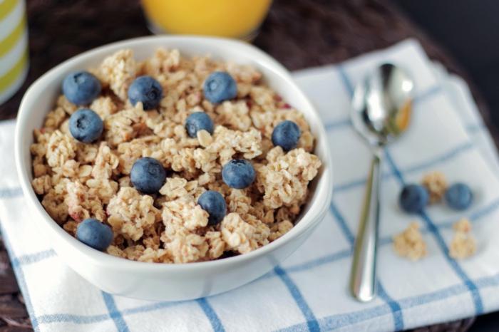 porridege avena con arándanos, ideas fáciles y originales de desayunos nutritivos y saludables