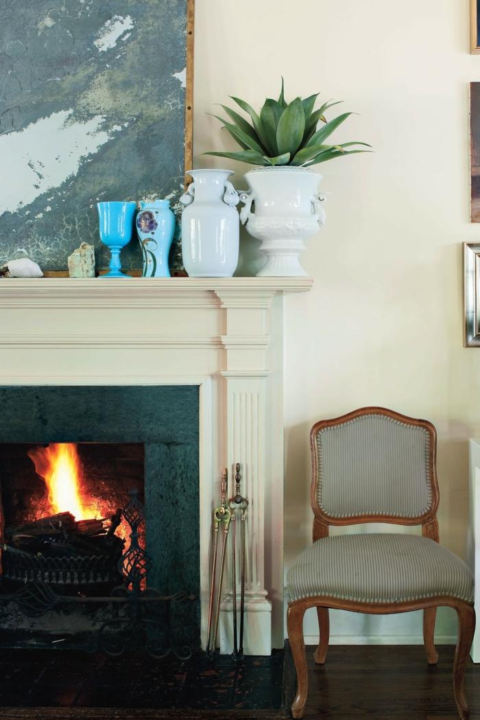 pequeños detalles decorativos, paredes en beige, muebles en estilo vintage, ideas de decoración chimeneas rusticas