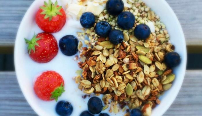 ideas de recetas con copos de avena, porridge con yogur de coco, arándanos y fresas, desayunos veganos