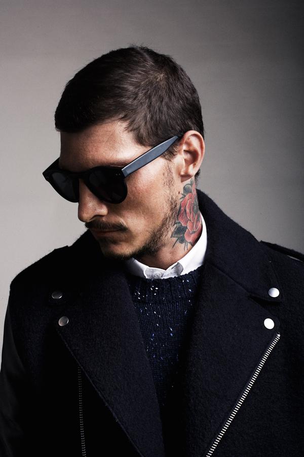 ejemplo de tatauajes masculinos con flores, bonita flor tatuada en el cuello, tatuajes pequeños hombre 2018