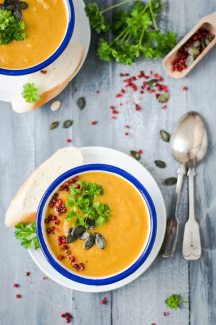 sopa crema de calabaza con semillas de calabaza, perejil y granada, ideas de recetas saladas con calabaza