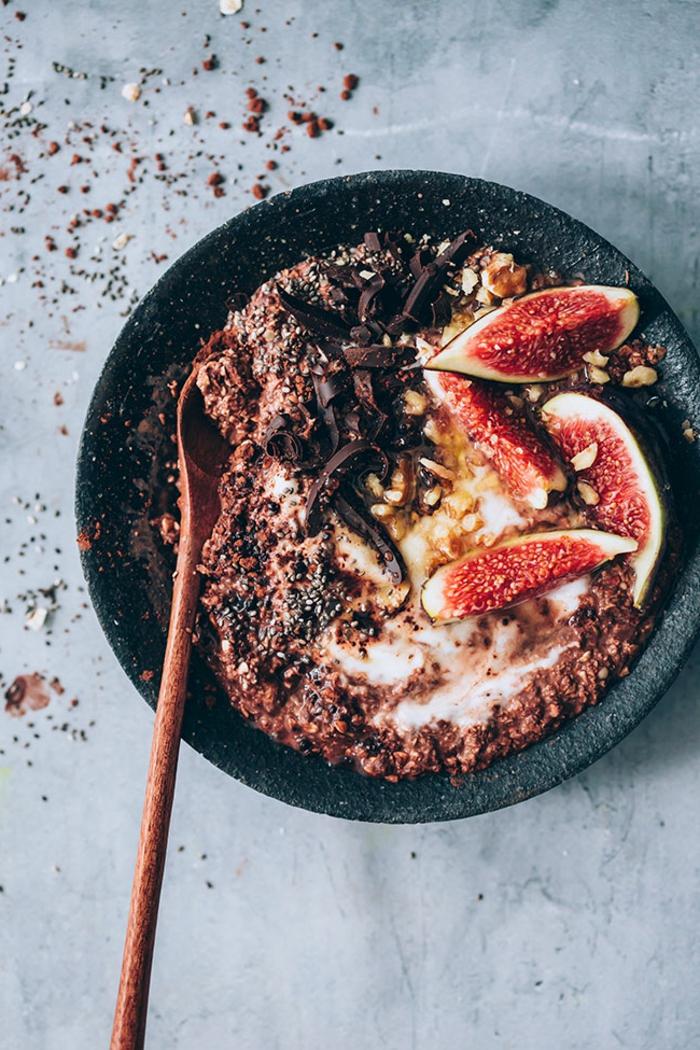 porridge receta con higos, cacao y ralladura de chocolate, desayunos nutritivos para todos los gustos