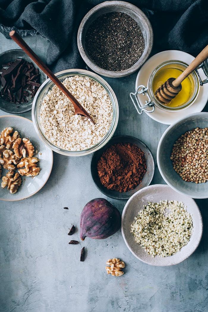 ingredientes para hacer un porridge receta, copos de avena, semillas, nueces, cacao, higos, miel