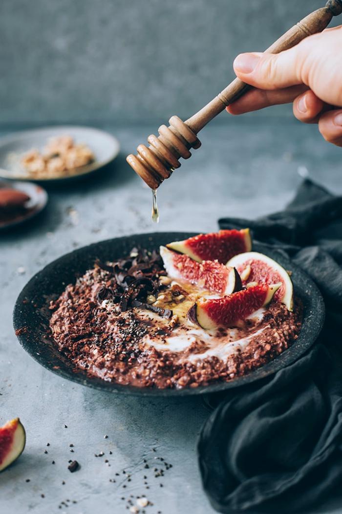 ideas originales de porridge receta, desayuno con copos de avena, higos, chocolate y miel