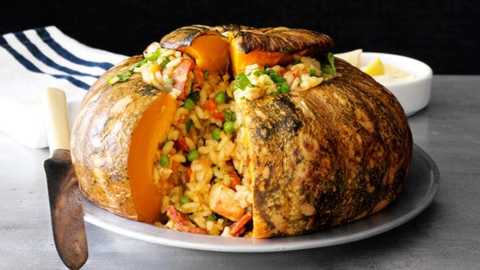calabaza al horno rellena de paella, ideas de comidas super originales para hacer en casa y sorprender a tus invitados