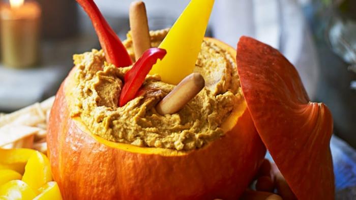 calabaza rellena de hummus con pimientos, ideas de recetas con calabaza super originales paso a paso