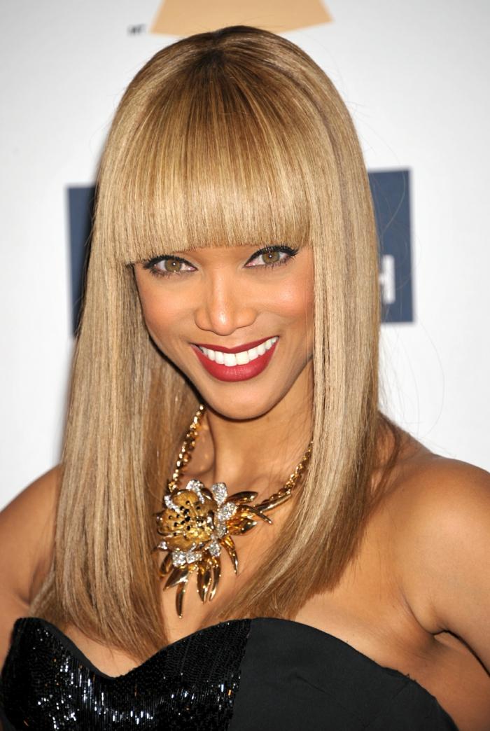 idea de cortes de pelo para cara alargada, Naomi Campbell con un flequillo recto y tupido