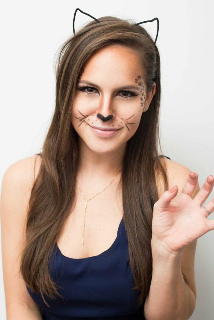 ideas super fáciles de maquillaje para Halloween, cara pintada de gato con tutorial paso a paso