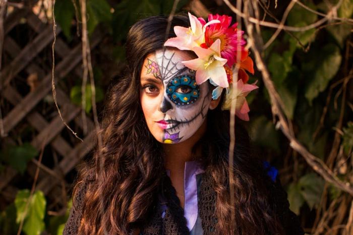 maquillaje halloween facil y original, maquillaje de calavera, media cara pintada, ideas originales de maquillaje mujer