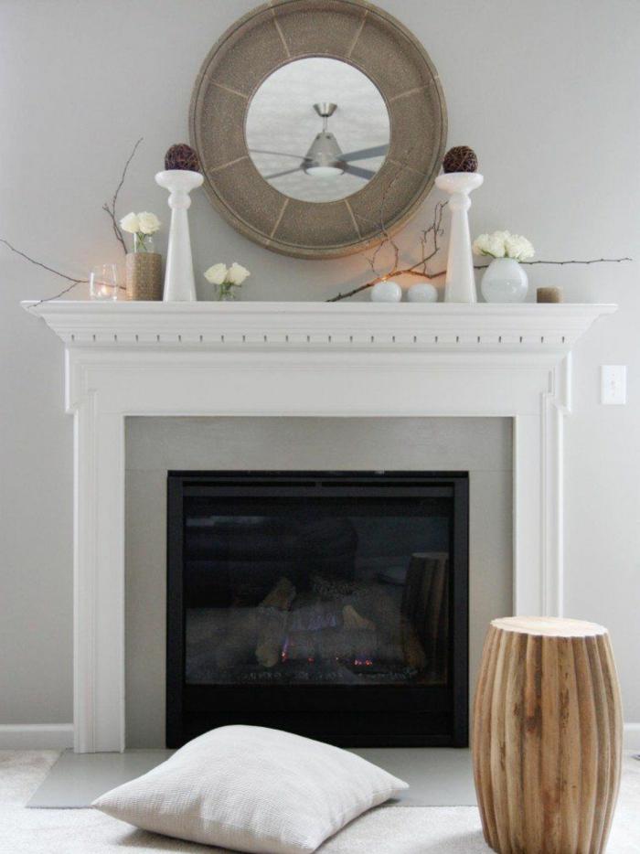 como decorar una chimenea francesa, espejo moderno de forma oval, decoración de salón en gris