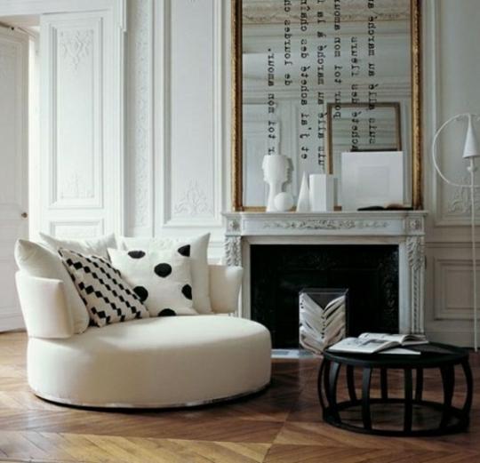 precioso salón decorado en estilo vintage con chimenea francesa de época, grande espejo vintage en dorado
