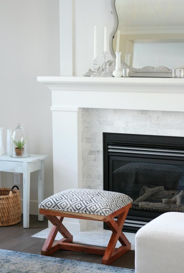 salón decorado en blanco con muebles en estilo vintage, decoración de chimeneas rusticas de leña