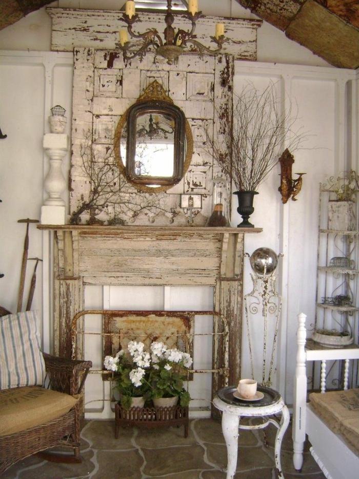 ideas de decoración de salones rusticos con chimenea, preciosos muebles con efecto desgastado, decoración vintage