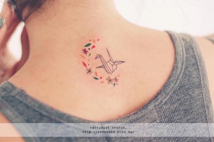 tatuajes guapos minimalistas, cisne de papel y elementos florales, tatuajes pequeños para mujeres