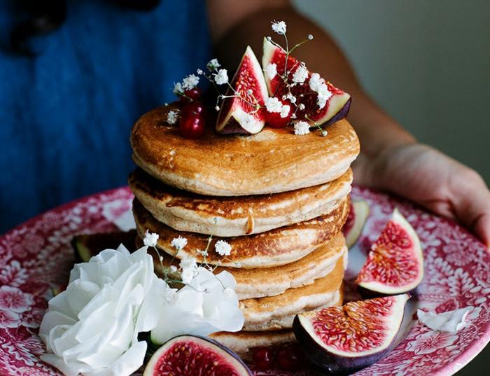 ideas sobre como hacer tortitas americanas de harina de avena, tortitas esponjosas decoradas de higos y flores