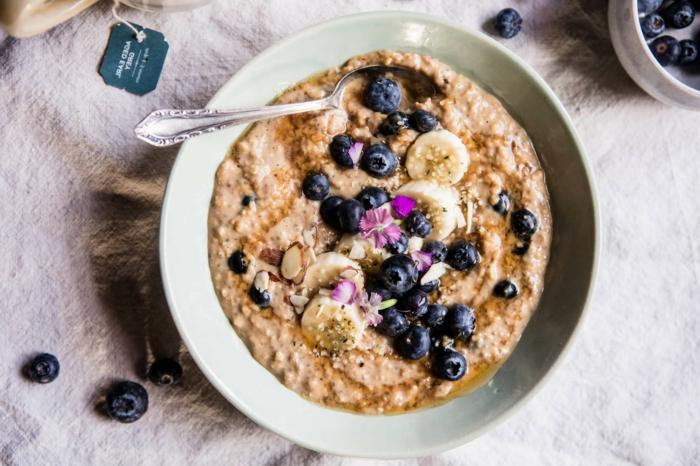 porridge de avena con arándanos y plátanos, ideas de desayunos saludables para toda la familia