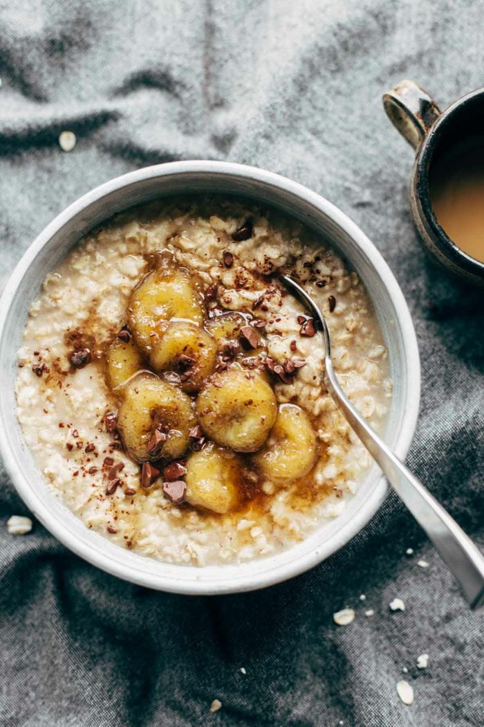 porridge de avena con platanos caramelizados y cacao, ideas de desayunos saludables y ricos con avena