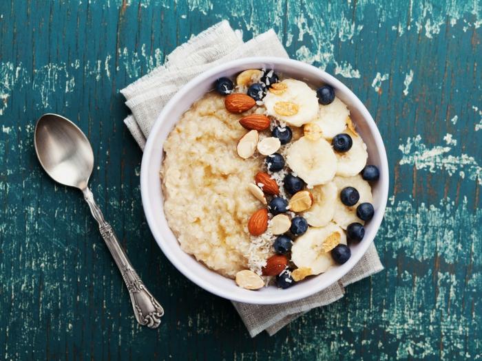 porridge receta con almendras, ralladura de coco, plátanos y arándanos, ideas de desayunos nutritivos y ricos