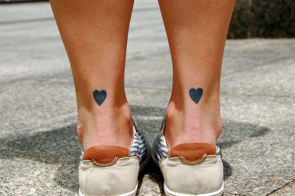 los mejores tatuajes minimalistas, bonitos corazones pequeños tatuados en los tobillos, tatuajes que inspiran