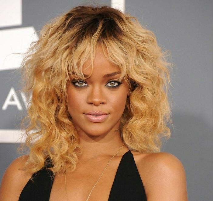 Rihanna con un look fresco y provocador, cortes de pelo modernos, media melena rizada con largo flequillo