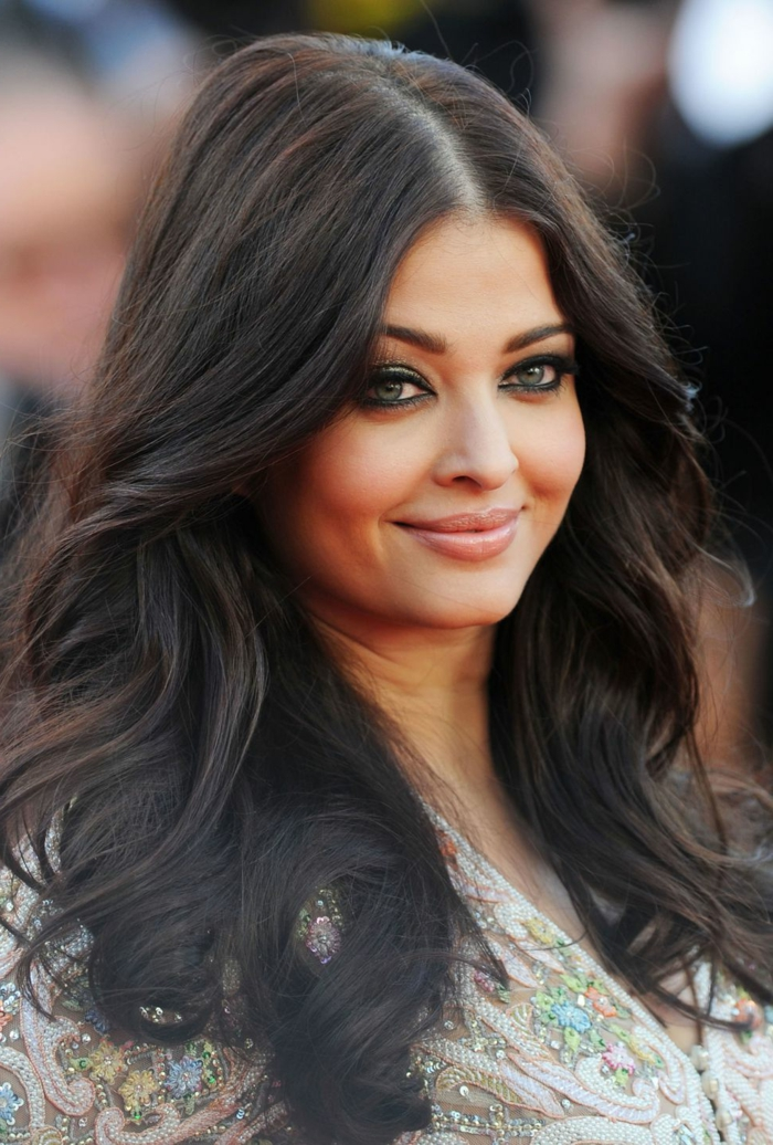 cortes de pelo para cara redonda, larga melena castaña con grandes rizos en las puntas, cabello castaño oscuro