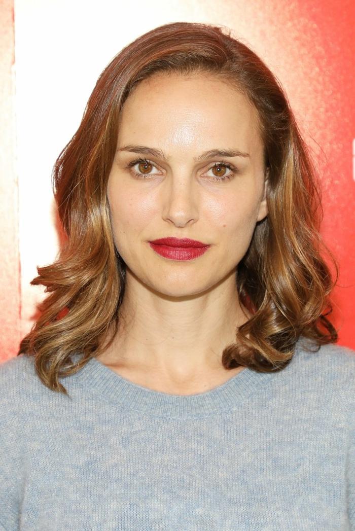ideas sobre que cortes de pelo favorecen a las caras redondas, ejemplos con las celebridades, Natalie Portman cabello rizado color avellana