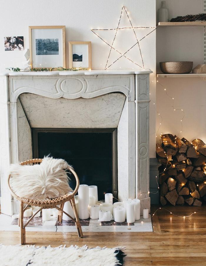 ideas para decorar chimeneas navideñas, salón de encanto decorado con bombillas y velas decorativas