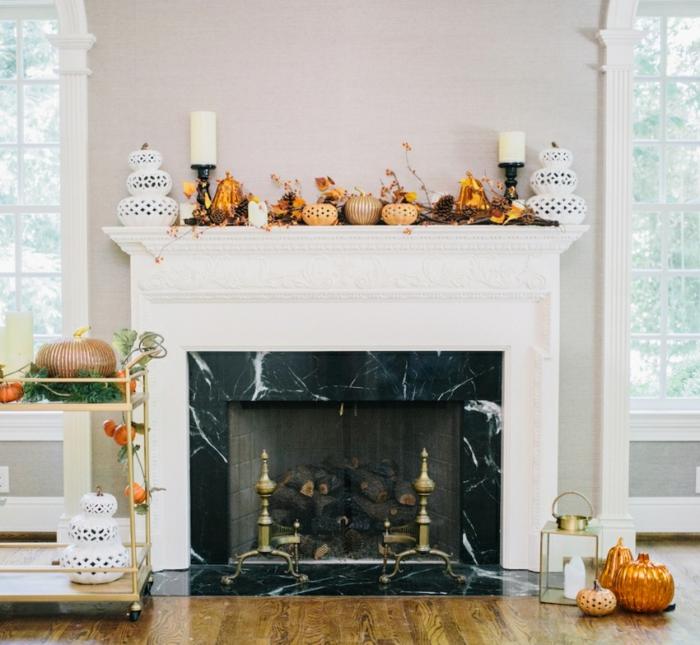 chimenea francesa decorada para la temporada del otoño, pequeñas calabazas decorativas