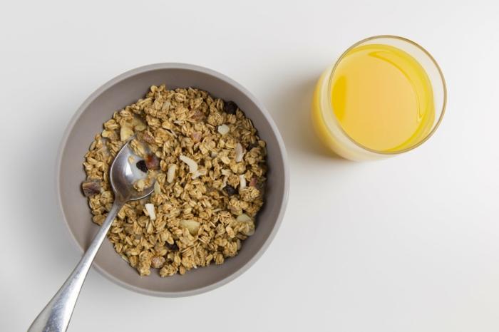 desayunos saludables básicos, cereales con leche y jugo natural de naranja, como conseguir una vida sana
