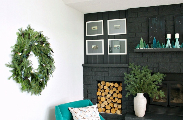 preciosas ideas de chimeneas navideñas con mucho encanto, decoración en blanco y negro con toques de color
