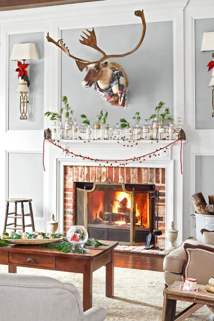 chimeneas navideñas que enamoran, bonita decoración con adornos navideños, salón en estilo rústico moderno