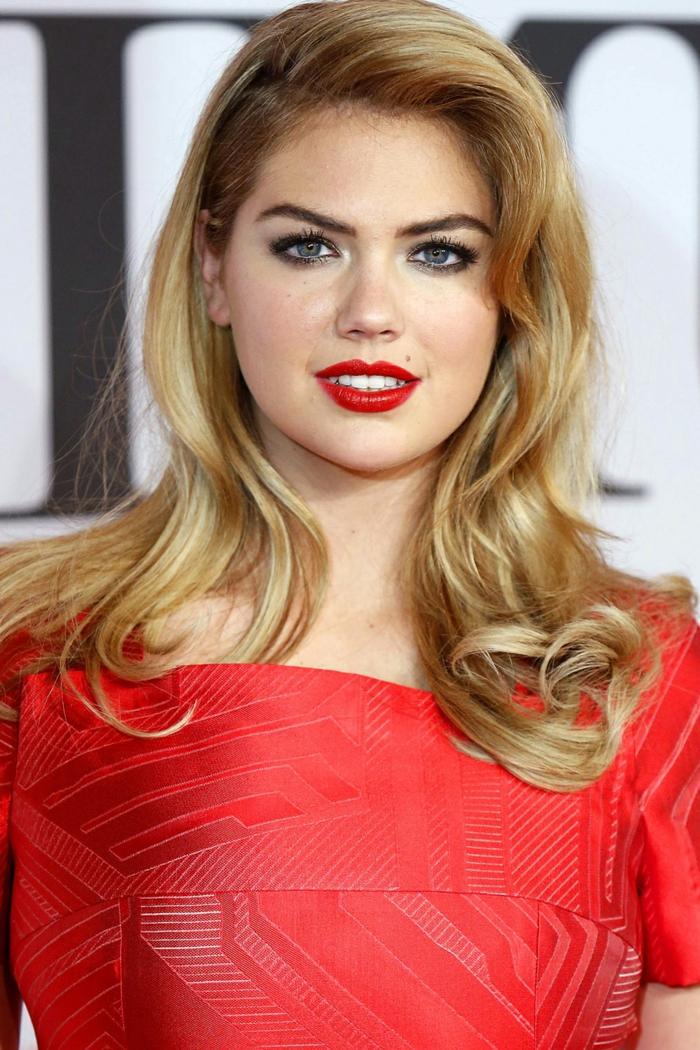 que cortes de pelo favorecen a las caras redondas, melena larga ligeramente ondulada y peinada a un lado