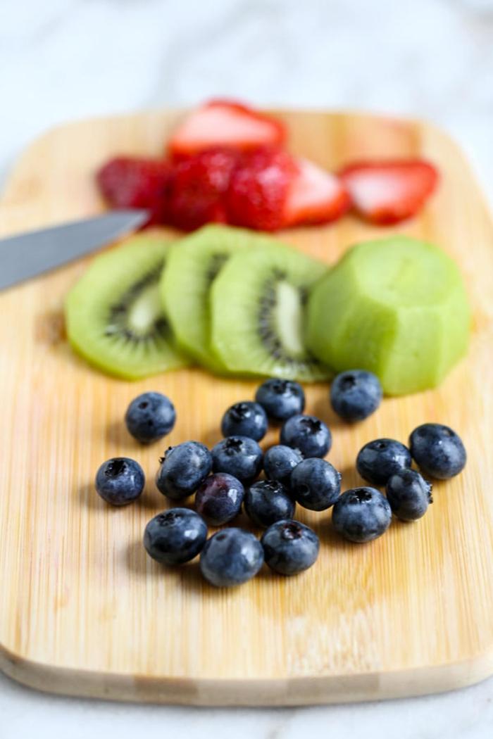 desayunos fitness con avena y frutas llenas de vitamines, arándanos, kiwi y fresas, desayunos para hacer en 5 minutos