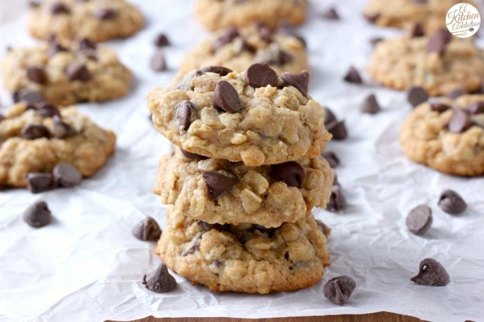 galletas hechas con copos de avena y chispas de chocolate, recetas de postres rápidos y fáciles