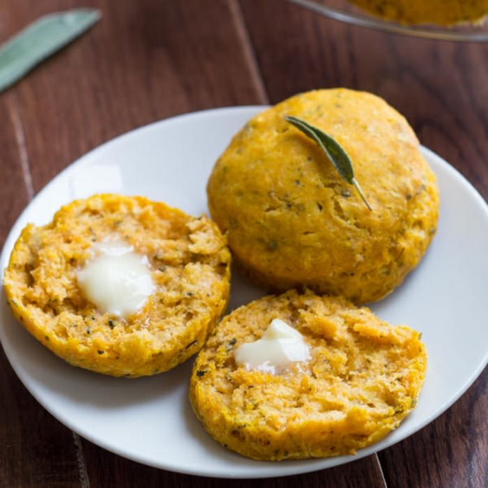 mini panes de calabaza hechas con especias y pure de calabaza, recetas con calabaza para hacer en otoño