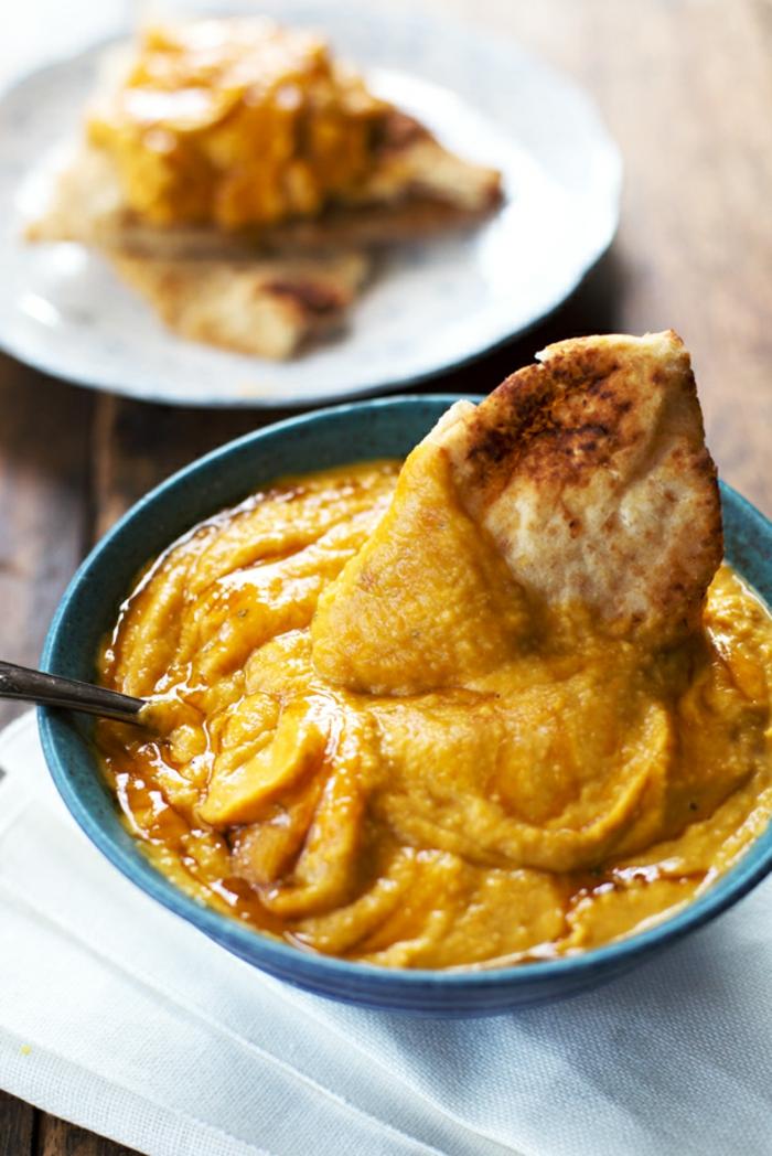 pan árabe con hummus de calabaza casero, ideas de comidas saludables y ricas hechas con calabaza