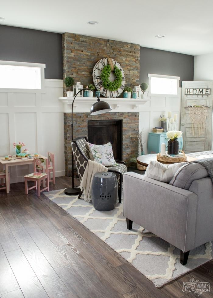 salón moderno decorado con mucho encanto en estilo rústico moderno, chimenea moderna con decoración navideña