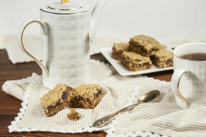 tortitas de copos de avena con cardamon e higos, ideas de desayunos saludables para hacer en otoño