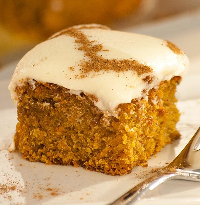 tortitas de calabaza que enamoran, tarta casera hecha con calabaza con glaseado blanco y canela