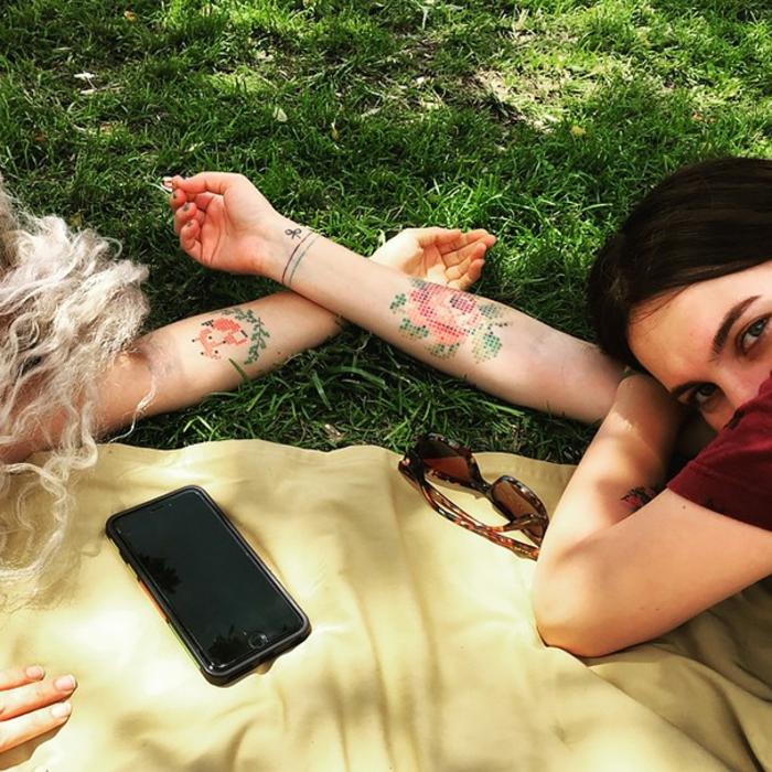 ideas de tatuajes para hermanas y mejores amigas, tatuajes en la mano, ejemplos de tatuajes en pareja