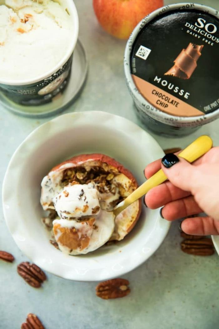 desayunos saludables y originales con avena, manzana al horno rellena con yogur y copos de avena