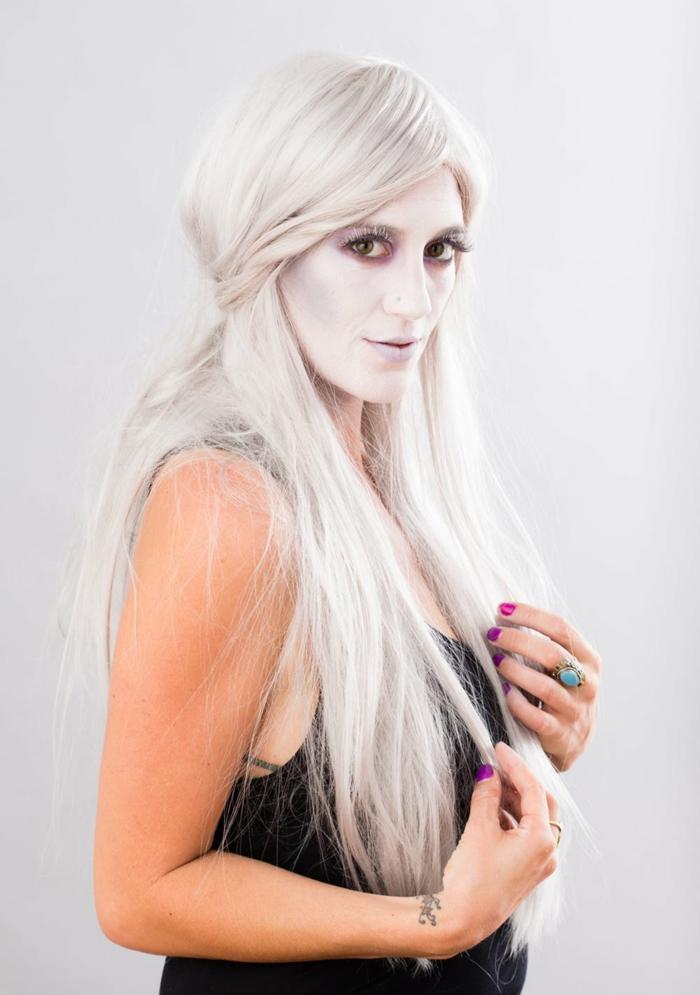 ideas originales maquillaje bruja niña, rosto pintado en blanco y gris con pestañas falsas, peluca larga