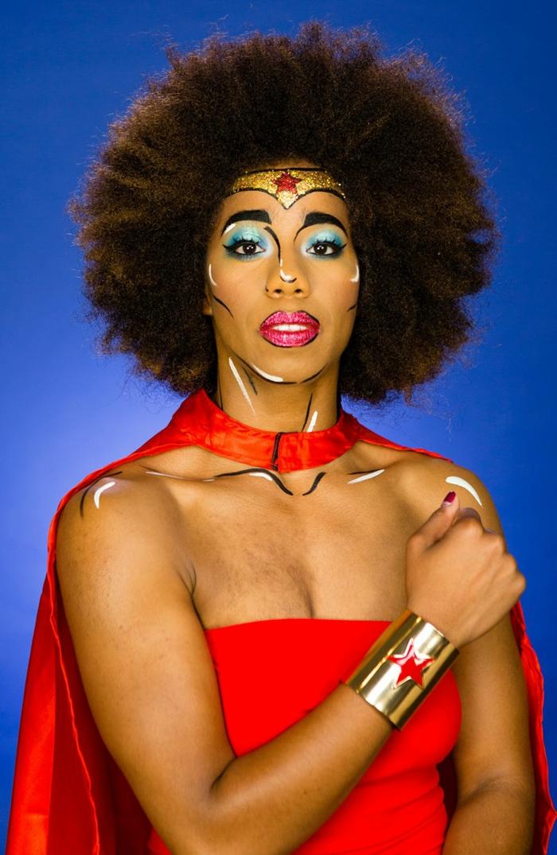 disfrace de Halloween super original, maquillaje sencillo, la Mujer Maravilla, sombras en azul brillante