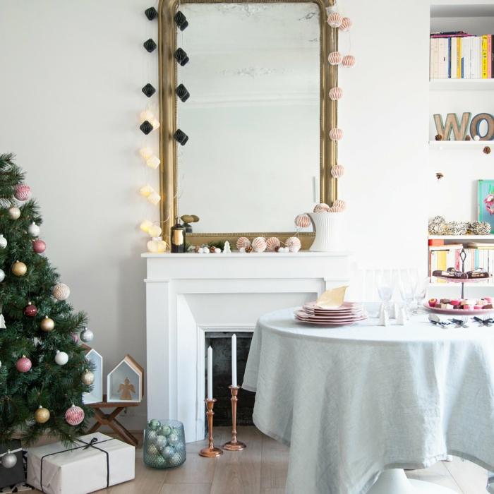 ideas de decoración de chimeneas navideñas, espejo en dorado apoyado en la pared, árbol navideño decorado de encanto
