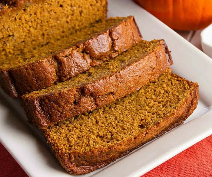pan de calabaza casero hecho con pure de calabaza, recetas caseras originales ideales para el otoño