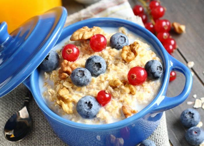 recetas faciles de copos de avena con leche, desayuno rico en vitaminas y nutrientes, copos de avena, nueces y arándanos