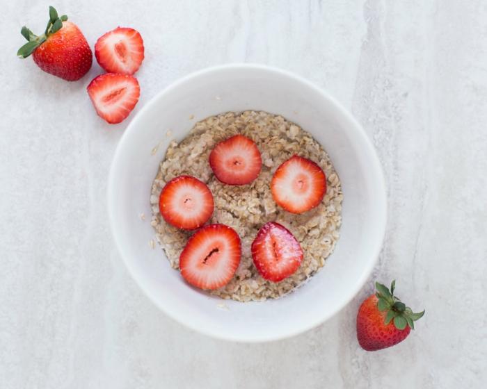 copos de avena desayuno recetas fáciles y rápidas, copos de avena con leche y fresas frescas